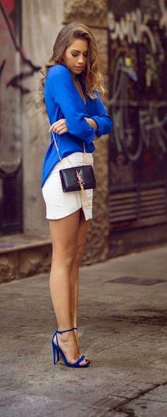 Look de moda: Blusa de Manga Larga Azul, Minifalda Blanca, Sandalias de Tacón de Cuero Azules, Bolso Bandolera de Cuero Negro