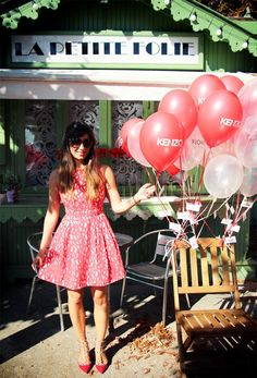 In the air . (lancement dans les airs du parfum KENZO Flower in the Air ) Kenzo Parfum, Flower By Kenzo, Red Perfume, Fashion Shoot, Poppy, Balloons, Flowers, Inspiration, Dresses