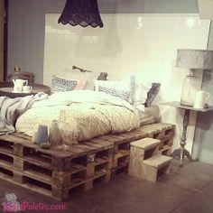 Camas com pallets em quartos de decoração cosmopolita  veja mais->  http://maispaletes.com/?p=783