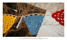 Triangle granny garland tutorial by Falando de Crochet. In Portugese but, as always, with a great chart.