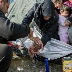 Το πρώτο μπάνιο νεογέννητου στη λάσπη της Ειδομένης
