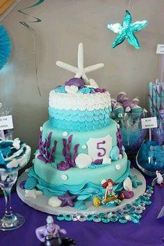 pastel o barra de dulces, tienes muchas opciones para que la fiesta infantil se vea divina para tu hija, familiares e invitados: pastel-sirenita-nina