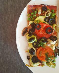 Hoje foi pizza caseira para o almoço feita com massa integral e os legumes que havia no frigorífico  Bom sábado!