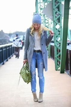 Grauer Mantel, Hellbeige Pullover mit Rundhalsausschnitt, Blaue Enge Jeans mit Destroyed-Effekten, Graue Wildleder Stiefeletten für Damen