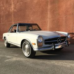 This is 1969 Mercedes-Benz Pagoda shown here with 2 tops is available in its original color Papyrus White with black interior. Beverly Hills Cars, Commercial Van, Luxury Car Dealership, Classic Mercedes, Mercedes Benz Amg, Sexy Cars, Vintage Cars, Jeep, Porsche