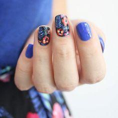 Nail art bleu et fleurs
