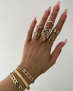 How to accessorize with jewelry 101 – Wie mit Schmuck 101 ausstatten – Cute Jewelry, Gold Jewelry, Jewelry Accessories, Fashion Accessories, Fashion Jewelry, Jewellery, Jewelry Ideas, Glass Jewelry, Love Bracelets