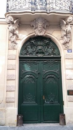 Une belle porte sur l'ile St Louis a Paris