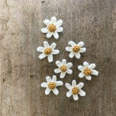 FREE crochet daisy pattern & a tutorial for making stems for your crochet flowers