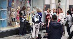 Mulher Tenta Impedir Músico De Rua De Tocar, a Reação Das Pessoas é Simplesmente Fenomenal