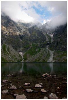 Czarny Staw pod Rysami - piękne tatrzańskie jezioro, które jest położone w kotle polodowcowym w Dolinie Rybiego Potoku.