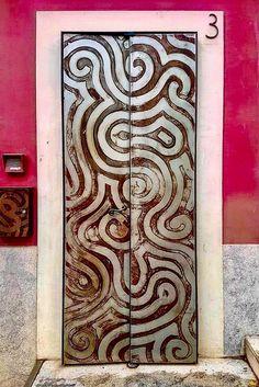 Para salir del laberinto del mundo solo hay una puerta, está dentro de tí, es tu conciencia. Barcelona, Spain