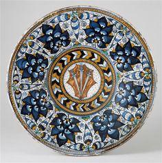 """Plat armorié ; Armes des Minerbetti de Florence ; décor de """"pommes de pins"""" ; vers 1500, Faenza (Italie)"""