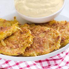 Aquí tienes la receta tradicional del Rosti de patatas. Es el plato más popular de Suiza, imprescindible en los desayunos y una excelente guarnición para carne y pescado. Vegetarian Recipes, Cooking Recipes, Healthy Recipes, Deli Food, Good Food, Yummy Food, Greens Recipe, Kitchen Dishes, Side Recipes