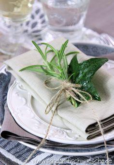Servietten falten ist eine tolle Sache - braucht aber auch Zeit. Fix gemacht:  frischer Rosmarin und ein Efeublatt als Serviettendekoration.