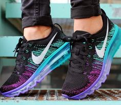 Eu preciso deles. OMG. Tênis de corrida Nike Flyknit Air Max feminino preto roxo branco