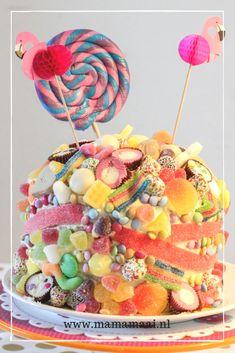 snoeptaart, verjaardagstaart kind, taart vol snoep Candy Cakes, Cupcake Cakes, Cupcakes, Diy Gift For Bff, Carrot Cake Cheesecake, Pamper Party, Homemade Muesli, High Tea, Tray Bakes