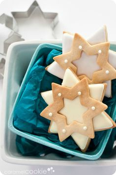Enjoy a big batch of delicious and festive Christmas cookies this year. These Christmas cookie recipes are easy and fun to make and will be a sure hit! Noel Christmas, Christmas Treats, Christmas Baking, Simple Christmas, Easy Christmas Cookie Recipes, Easy Cookie Recipes, Cookie Ideas, Caramel Cookies, Christmas Crackers