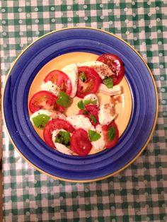 Classic caprese, mozzarella di bufala, pomodori fatto a casa, basilico fatto a casa, pepe, sale di mare, olio di oliva fatto a casa, accetto balsamico do Modena