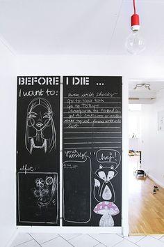 peinture ardoise sur les deux portes du placard de l'entrée avec des zones pré dessinées à la peinture blanche: si tu as un moche placard dans ton entrée, tu sais ce qu'il te reste à faire…  (via Stuff Made by Me)