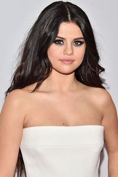 Selena Gomez Gets Real About Dating Niall Horan Selena Gomez set the record straight about if she's dating Niall Horan Selena Gomez Dating, Selena Gomez With Fans, Selena Gomez Fotos, Niall Horan Dating, Kim Taehyung, Marie Gomez, Queen, Woman Crush, Beautiful Eyes