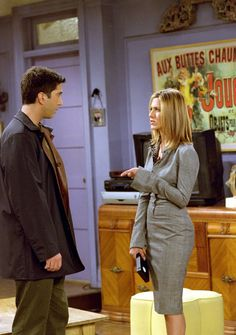 """The fashion choices of Jennifer Aniston's character Rachel Green on """"Friends"""" has influenced your current wardrobe in ways you don't even realize. Estilo Rachel Green, Rachel Green Outfits, Rachel Green Style, Jennifer Aniston Style, Jenifer Aniston, Friends Tv Show, Rachel Friends, Ross Friends, Ross Geller"""