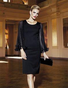 Die richtige Portion Extravaganz für großartige Auftritte: das knielange Abendkleid mit zarten Plissee-Ärmeln wirkt elegant und verführerisch.