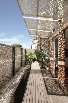 Yan Lane is an award winning, mixed use, multiple residential architectural project in Melbourne, Australia undertaken by Justin Mallia architecture. Garage Pergola, Deck With Pergola, Covered Pergola, Pergola Patio, Pergola Kits, Backyard, Architecture Details, Interior Architecture, Ideas Terraza