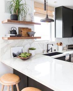 decor home Black cabinets, white bench, white marble backsplash, black tap. Super doable decor home Kitchen Interior, New Kitchen, Kitchen Dining, Apartment Kitchen, Design Kitchen, Kitchen Modern, Rustic Kitchen, Modern Kitchens, Kitchen Plants