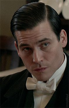 His eyes are saying something, but I can't describe it in words. Downton Abbey Season 6, Downton Abbey Fashion, Mode Masculine, Rob James Collier, Brylcreem, Dowager Countess, Haircuts For Men, Men's Haircuts, Slick Hairstyles