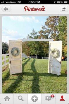 Ett dörrpar som skall agera kyrkdörrar där brudföljet går igenom