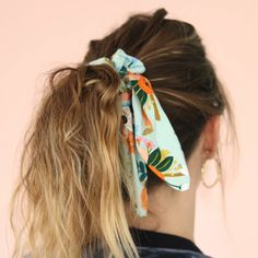 - It is super simple to sew your own scarf darling (Foulchie or Crunchie), a pretty fabric, an elastic band and let's go! All the material on La Petite Epicerie! Diy Hair Scrunchies, Diy Hair Bows, Diy Bow, Fashion Sewing, Diy Fashion, Sewing Clothes, Diy Clothes, Diy Headband, Headband Tutorial