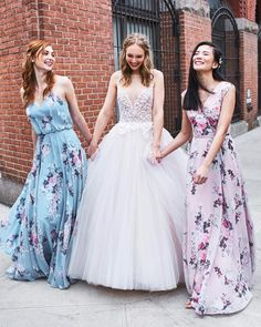 Figuring out what to wear to a summer wedding can be frustrating. You are so glad that your friend has […] Floral Bridesmaid Dresses, Bridal Party Dresses, Wedding Gowns, Weeding Dresses, Day Dresses, Flower Girl Dresses, Miss Match, Bridesmaid Inspiration, Gowns With Sleeves
