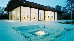 Área de lareira externa, com acomodações para convidados: 40 ambientes que somente os super ricos têm em suas casas