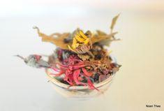Hawaiian Blossem: Thee die je zomaar kan drinken, aromatisch en rond, maar ook authentiek en natuurlijk. Zwarte thee uit Ceylon, Zuid-India en China, aangevuld met 100 % natuurlijke elementen : bloesems van zonnebloem, kaasjeskruid, jasmijn en rozen.  Hawaiian Blossem: Tea  #Thee #tea #teatime
