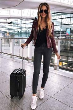 Leggings and top airport ready aeroplane outfit, airport style travel outfi Airport Style Travel Outfits, Comfy Travel Outfit, Comfy Fall Outfits, Spring Work Outfits, Travel Style, Fall Travel Outfit, Travel Design, Travel Fashion, Fashion Fall