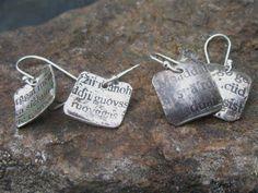 Näissä hopeakorviksissa on Latinan kieltä ja Saamea. Eksoottista eikö? Mitä tekstiä sä haluaisit omiin koruihis? #anuek #koruseppä #kerava #korvakorut #tekstikoru #jewelrydesigner #latinlanguage #saamilanguage