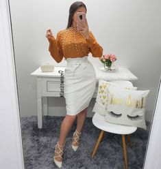 Blusa caramelo detalhes pérolas + saia couro off 🥰😍 Modest Outfits, Skirt Outfits, Modest Fashion, Girl Fashion, Fashion Dresses, Cute Business Casual, Business Casual Outfits, Professional Outfits, Church Outfits