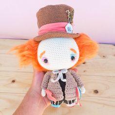 Amigurumi Crochet Mad Hatter Alice in Wonderland Crochet doll Crochet Pikachu, Kawaii Crochet, Crochet Disney, Cute Crochet, Crochet Crafts, Crochet Baby, Crochet Projects, Knit Crochet, Crochet Animal Patterns