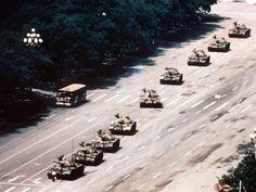 2014 - 5 de Junio - Hace ya veinticinco años desde que el fotógrafo americano Jeff Widener captó su famosa imagen del hombre que se enfrentó a una fila de tanques durante las protestas en la plaza de Tiananmen en 1989.  La imagen se convirtió rápidamente en un símbolo de la lucha contra el el poder del Estado chino, aunque a día de hoy su difusión sigue estando prohibida de puertas hacia dentro en el gigante asiático.