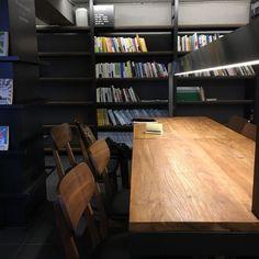 A biblioteca do colégio era também a biblioteca da cidade, fundada por portugueses no século 19. Ali havia livros sobre tudo e de todas as partes do mundo.