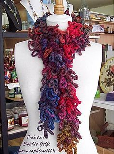 A very easy crochet scarf pattern that permits to use any fancy yarn, alone or combined. You'll need less than 3 hours to make it.