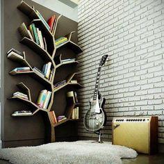 Дерево для книг и гитара