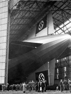 A Hindenburg 1936. március 4-én első próbarepülése előtt - Mivel Eckener visszautasította az együttműködést, Göring légügyi miniszter új repülőtársaságot alapított 1935-ben, a DeutscheZeppelin-Reederei-t (DZR) amely átvette a léghajó útjai feletti irányítást. A zeppelinek ettől kezdve farkukon anáci horogkereszttel propagandautazásokat hajtottak végre.