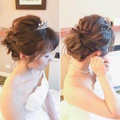 いいね!410件、コメント4件 ― Hitomi Homma Wedding Hair Makeさん(@hitomimakeup)のInstagramアカウント: 「コテ巻きのラフシニヨン #hairmake #wedding #photoshooting #TheTerraceByTheSea #TAKAMIBRIDAL #テラスバイザシー…」 Hairdo Wedding, Wedding Bride, Hair Arrange, Bride Hairstyles, Bridesmaid Hair, Hair Designs, Bridal Hair, Short Hair Styles, Hair Makeup