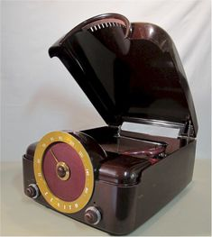 Imagine the lucky teenager who found this snazzy Zenith Radio-Phonograph under their Christmas tree in This mammoth chunk of Bakelite features s. Antique Record Player, Radio Record Player, Record Players, Tvs, Televisions, Retro Radios, Instruments, Old Time Radio, Antique Radio