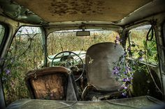 Photography Dreamlike Photos of Abandoned Cars Taken from the Back Seat Image credit: Alícia Rius Apocalypse Aesthetic, Post Apocalypse, Abandoned Cars, Abandoned Places, Abandoned Vehicles, Abandoned Buildings, Marlon Santos, Zombies, Back Seat