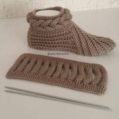 Best 12 Free Knitting Pattern for Easy Desert Boots Slippe Knitting Socks, Loom Knitting, Free Knitting, Crochet Ripple, Diy Crochet, Diy Crafts Knitting, Crochet Projects, Baby Knitting Patterns, Crochet Patterns