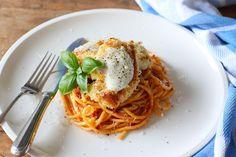 Kip gewenteld in paneermeel en Parmezaanse kaas, gebakken en geserveerd met spaghetti en een heerlijke tomatensaus. Het recept daarvoor vind je hier.