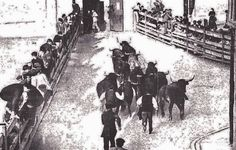 Callejón de entrada a la plaza antigua en 1912 :: The running of the bulls #Pamplona